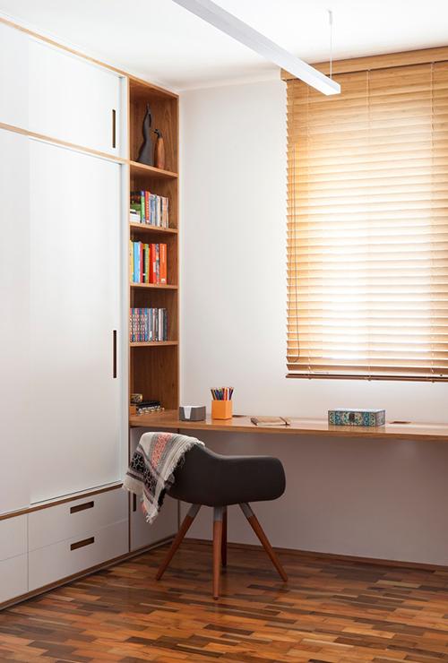 Từ bàn làm việc có thể phóng tầm mắt ra bên ngoài nhờ cửa sổ nhỏ.
