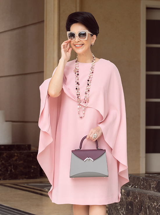 Bên cạnh các tone rực rỡ, diễn viên Cô Ba Sài Gòn cũng bổ sung vào tủ đồ các gam nhẹ nhàng như hồng pastel