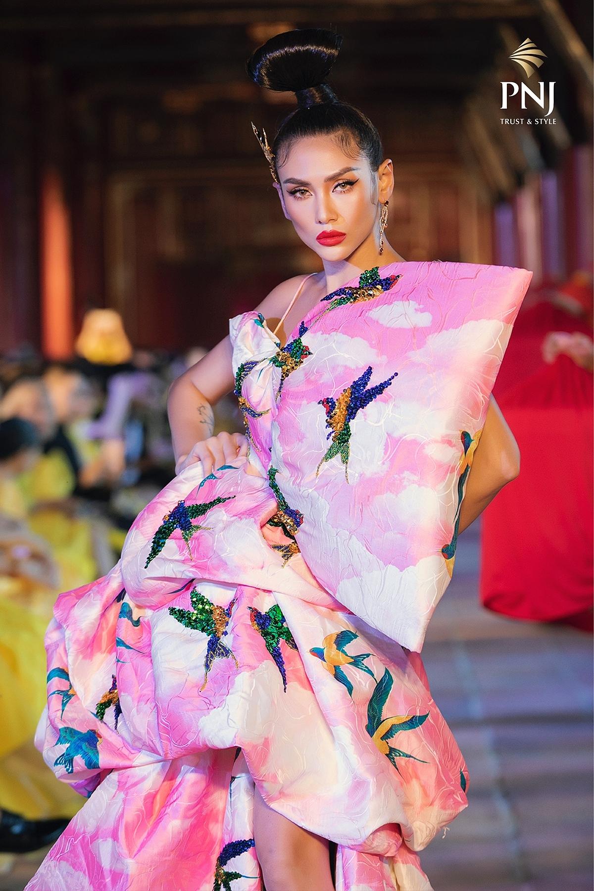 Võ Hoàng Yến là một trong ba vedette trong show diễn Vàng Son – A Better Day của bộ đôi nhà thiết kế VuNgoc&Son. Ngoài giới thiệu những bộ trang phục nằm trong bộ sưu tập mới mang âm hưởng văn hóa phương Đông, bộ đôi nhà thiết kế còn muốn quảng bá hình ảnh văn hóa Việt Nam rộng rãi hơn.