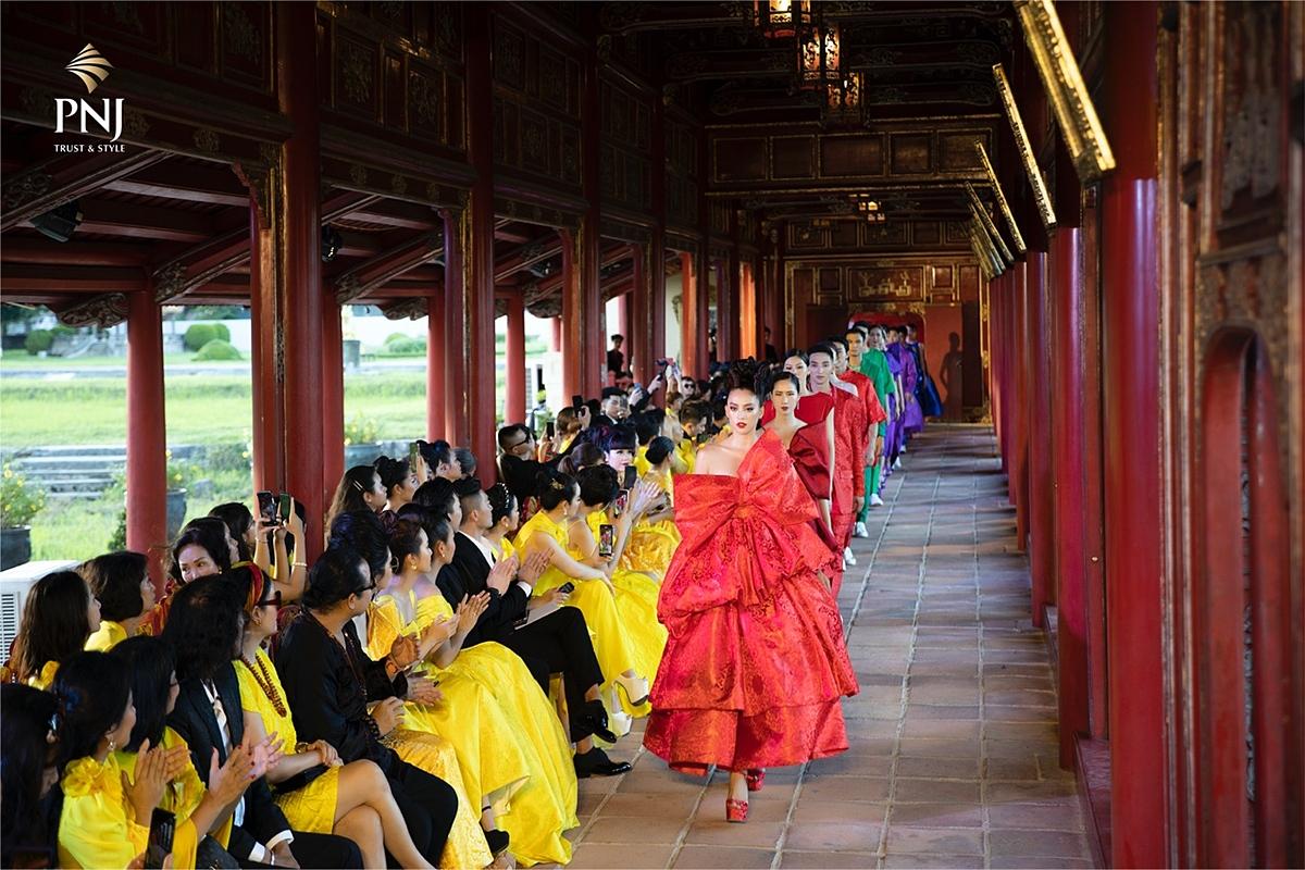 Trong không gian cổ kính của Trường Lang Đại nội Huế, sự giao thoa giữa văn hoá phương Đông và phương Tây được thể hiện rõ nét qua bộ sưu tập Vàng Son và các thiết kế trang sức tinh tế.