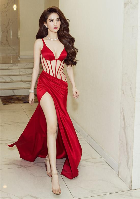 Ngọc Trinh ngày càng xinh đẹp, quyến rũ ở tuổi ngoài 30. Cô tự hào với vẻ đẹp tự nhiên nên trung thành với phong cách thời trang sexy.