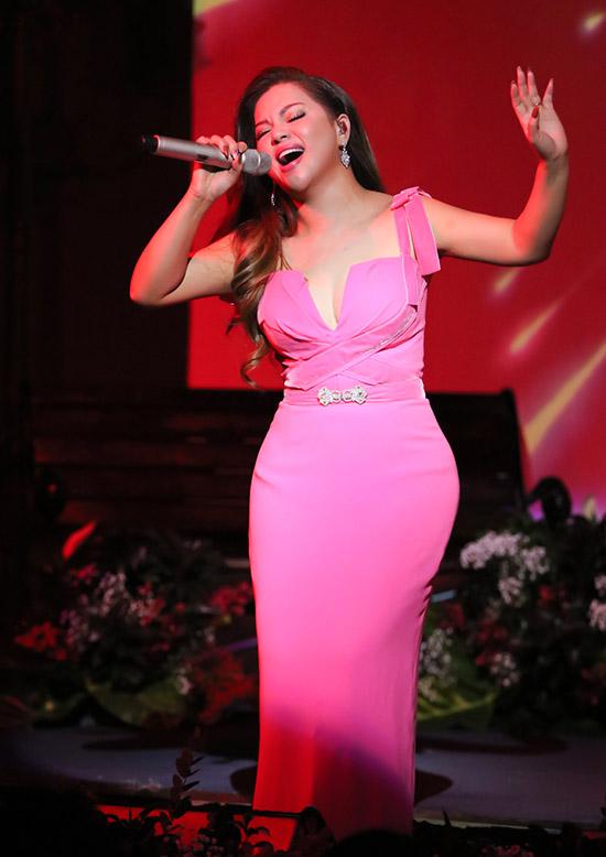 Em gái Cẩm Ly biểu diễn thăng hoa trên sân khấu phòng trà.