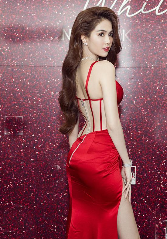 Ngọc Trinh tạo dáng chụp ảnh trên thảm đỏ trước khi chương trình công bố đại sứ thương hiệu và ra mắt sản phẩm mới của công ty cô bắt đầu.