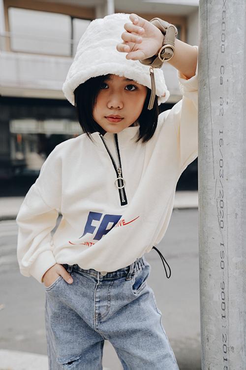 Cùng với các kiểu trang phục jeans và áo hoodie hợp mốt, Khánh An chọn thêm nhiều mẫu phụ kiện xinh xắn để tạo điểm nhấn cho từng set đồ.