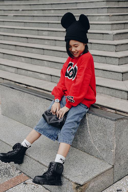 Cách phối đồ hợp mốt cùng thần thái cuốn hút giúp Khánh An có được phong cách sành điệu không kém cạnh các fashionista nhí ở Hàn Quốc.