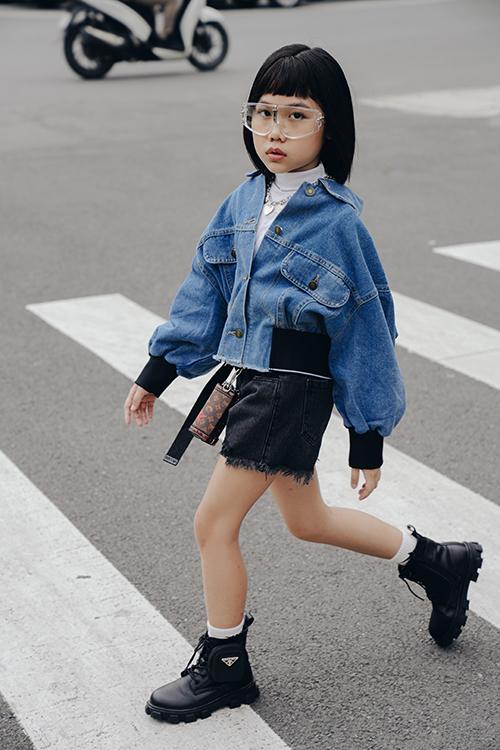 Trong bộ ảnh mới thực hiện, mẫu nhí nổi tiếng của làng thời trang thiếu nhi Việt khoe nét cá tính với những set đồ đậm chất thu đông.