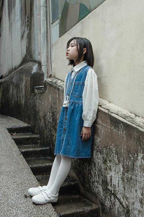 Bên cạnh nét cá tính, váy jeans khi được sử dụng cùng sơ mi lại giúp mẫu nhí có được hình ảnh nhẹ nhàng đáng yêu.