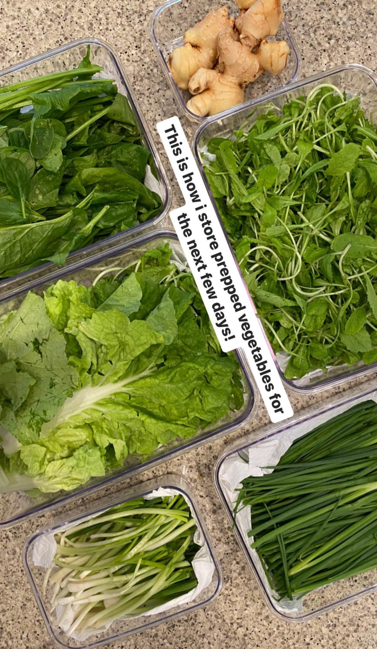 Hà Tăng phân loại rau trước khi cho vào tủ lạnh.