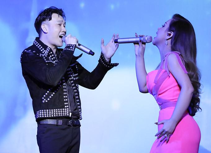 Minh Tuyết thể hiện hơn 20 ca khúc, khiến chương trình kéo dài tới 1h đêm mới kết thúc. Trông cô sung sức, đầy năng lượng ở tuổi tứ tuần.