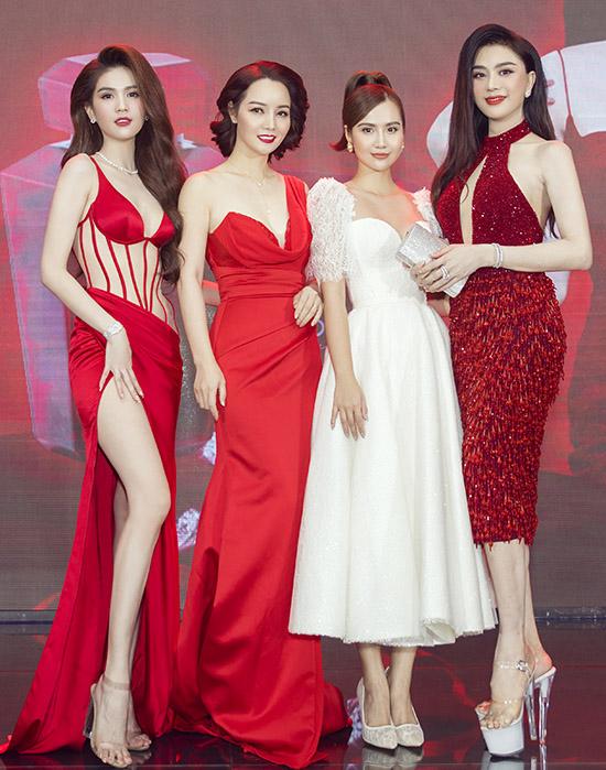 Diễn viên Mai Thu Huyền (thứ hai từ trái qua), Phan Minh Huyền (váy trắng) và ca sĩ Lâm Khánh Chi vui vẻ hội ngộ Nữ hoàng nội y.