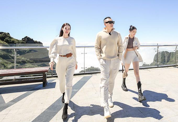 Đi cùng Vũ Khắc Tiệp tới Sapa là diễn viên Quỳnh Hương của phim Sói trắng (phải) và Á hậu Áo dài Minh Phương (trái). Cả hai đều là những người em gắn bó lâu năm với Vũ Khắc Tiệp.