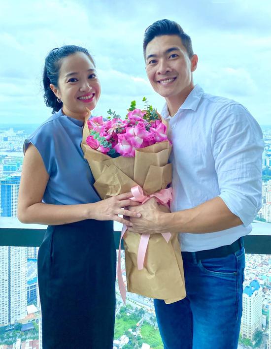 Hồng Phượng hạnh phúc khi được ông xã tặng hoa, tổ chức ăn mừng ngày Phụ nữ Việt Nam sớm, hôm 18/10.