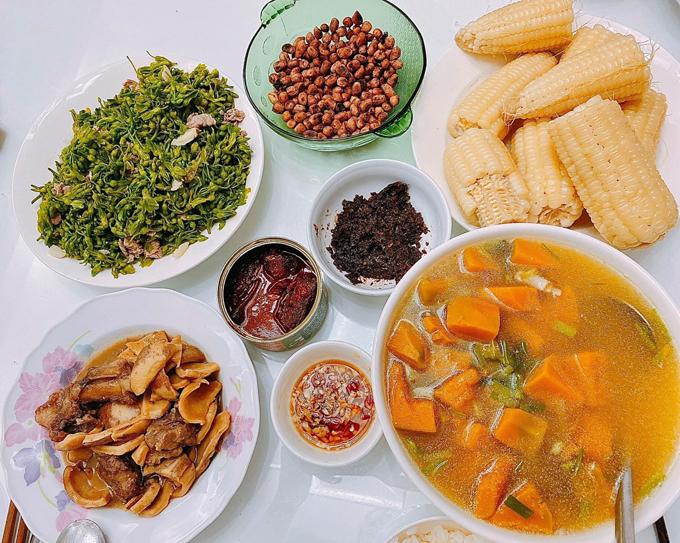 Khi đi chợ, chàng trai quê Hải Dương ưu tiên thực phẩm tươi, sạch, mua nhiều rau để bồi bổ chất xơ, giúp thải độc và tốt cho sức khỏe gia đình.
