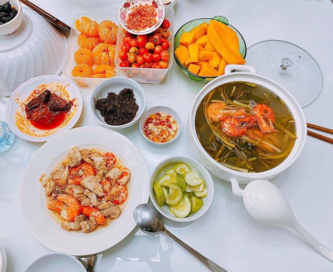 Mỗi bữa ăn đầy đặn được Mạc Văn Khoa ước tính có giá từ 200.000 - 300.000 đồng. Với các bữa có thủy hải sản, chi phí bữa ăn sẽ cao hơn.