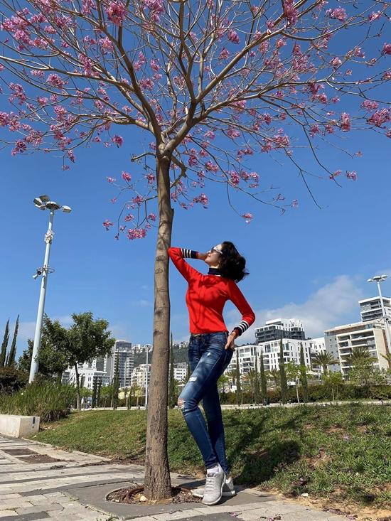 Nữ doanh nhân không gò bó phòng cách. Nếu dạo phố, cô thoải mái diện quần jeans, giày thể thao giúp trẻ trung hơn.