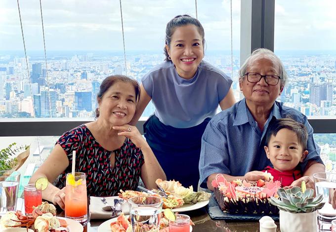 Bố mẹ Hồng Phượng vui vẻ dự tiệc cùng gia đình con gái và nhà thông gia.