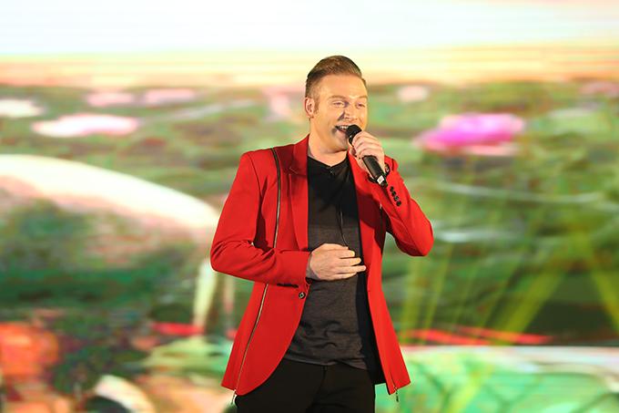 Ca sĩ ngoại quốc Kyo York từ Sài Gòn bay ra Hà Nội tham dự chương trình.