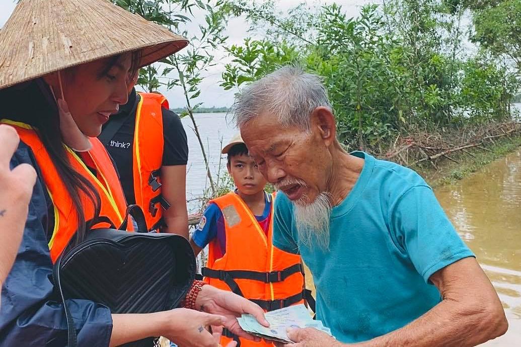 Thủy Tiên có mặt ở Huế, Quảng Trị giúp người dân vượt qua khó khăn.
