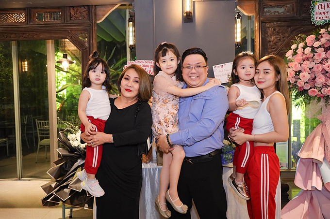 Bảo Ngọc và hai con gái mặc ton sur ton khi dự tiệc sinh nhật anh trai Gia Bảo.