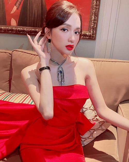 Hoa hậu chuyển giới Hương Giang chăm mặc tone đỏ vì quan niệm màu sắc này giúp cuộc sống của cô rực rỡ hơn.