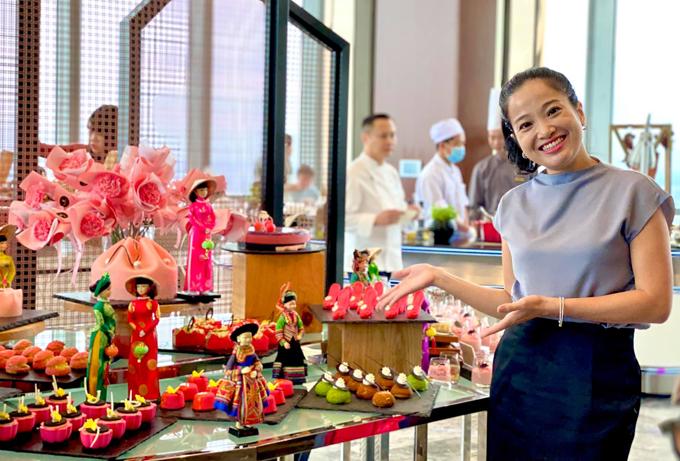 Hồng Phượng cho phép mình thưởng thức thoải mái các món bánh ngọt vừa ngon vừa đẹp mắt. Sau buổi tiệc này cô quay lại chế độ tập luyện để tiêu hao calo, giữ hình thể gọn gàng. Sau 6 tháng sinh con, nữ MC đã giảm 21 kg, khiến nhiều người ngưỡng mộ.