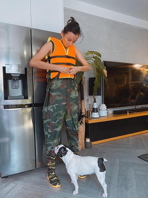 Người mẫu Lê Thúy chuẩn bị hành trang về quê hương Quảng Bình vì lo lắng cho người thân và người dân vùng lũ.