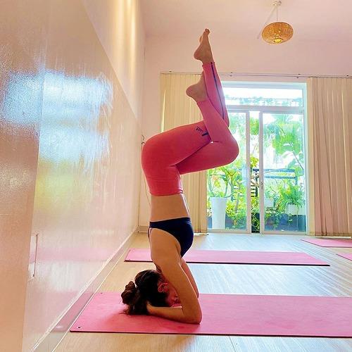 Mâu Thủy chăm chỉ tập yoga để giữ dáng và giúp cơ thể khỏe mạnh, dẻo dai.