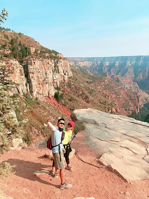 Vợ chồng ca sĩ Thanh Thảo chang nắng, khám phá vườn quốc gia Zion (Mỹ).