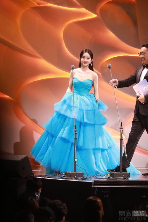 Triệu Lệ Dĩnh lên sân khấu nhận giải Nữ diễn viên được yêu thích nhất, tại Lễ trao giải Kim Ưng 2020. Cô diện đầm xanh tươi trẻ, khoe sắc vóc nổi trội. Trở lại sau gần một năm nghỉ sinh, Lệ Dĩnh vẫn được khán giả yêu mến, chờ đợi, cho thấy sức hút đặc biệt của cô trong làng giải trí Hoa ngữ.