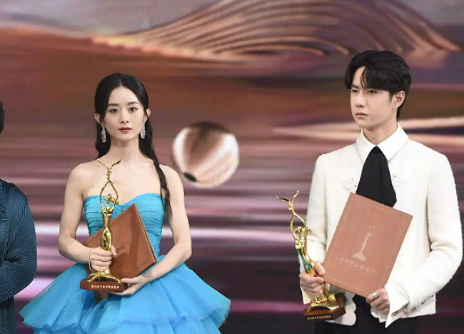 So với các năm, năm nay, Triệu Lệ Dĩnh gặp các đối thủ khó nhằn, vì hầu hết ứng viên đều là các nghệ sĩ tài năng, thực lực và được khán giả mến mộ... Vì thế, sự chiến thắng của Lệ Dĩnh cho thấy sức hút mạnh mẽ của cô. Giải thưởng Nam/Nữ diễn viên được yêu thích nhất tại Lễ trao giải Kim Ưng dựa trên phiếu bầu chọn của khán giả. Kim Ưng là giải thưởng uy tín của điện ảnh, truyền hình Trung Quốc. Đây là giải thưởng nghệ thuật truyền hình quốc gia duy nhất dựa trên sự bình chọn của khán giả, thể hiện mức độ yêu mến của khán giả trong ngành phim truyền hình Trung Quốc. Tuy nhiên, điều này cũng khiến Lễ trao giải Kim Ưng bị nghi ngờ là cuộc chiến của những người mua vote.