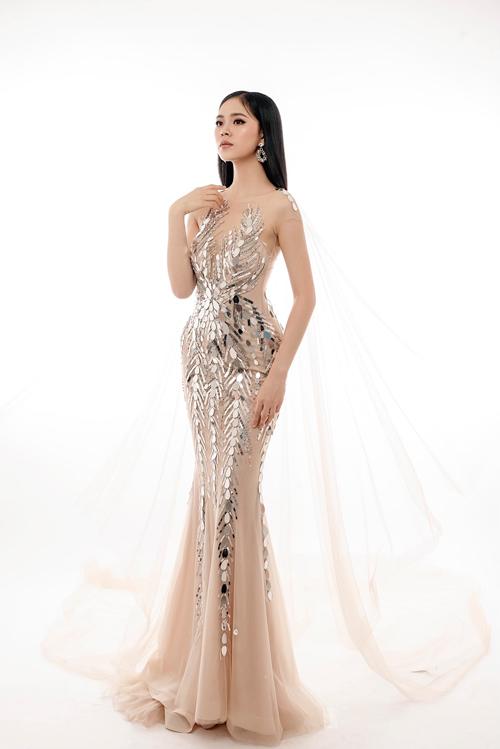 Ngoài sắc trắng, Thịnh Nguyễn còn gợi ý thêm váy đuôi cá màu nude. Anh kỳ vọng mỗi chiếc váy sẽ khắc họa một nét cá tính riêng của phái đẹp, truyền gửi thông điệp: Phụ nữ tự tin là chính mình khi diện váy.