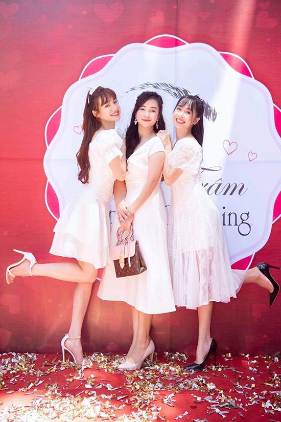 Gia đình Nhã Phương có bốn người con gái tài sắc vẹn toàn, trong đó nữ diễn viên là con gái thứ ba. Ngoài người chị kế Bảo Yến sống tại nước ngoài, ba chị em còn lại viên mãn với sự nghiệp, gia đình ở Việt Nam.