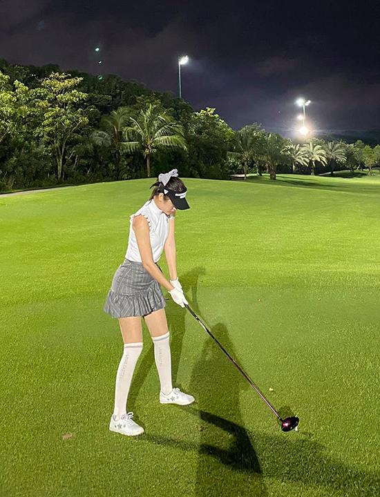 Thời trang sân golf không bó hẹp trong khuôn khổ nhất định, tuy nhiên, vì đặc điểm riêng của môn này, người chơi cũng cần tuân theo một số quy tắc như mặc lịch sự, cổ áo kín đáo, váy không quá ngắn nhằm tránh gây phản cảm...