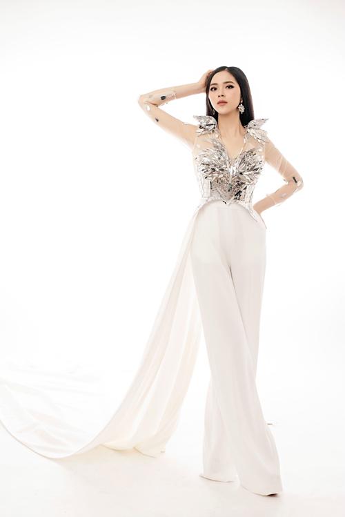 Những hạt đá ánh kim được tỉa hình cùng chất liệu ánh gương làm tăng độ bắt sáng tối đa, là hot trend gây bão trên sàn diễn thời trang cưới.