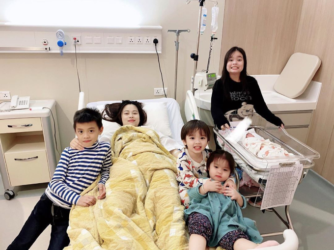 4 con của Hằng Túi vào thăm mẹ và em. Các bé đều thích khi có thêm em mới.