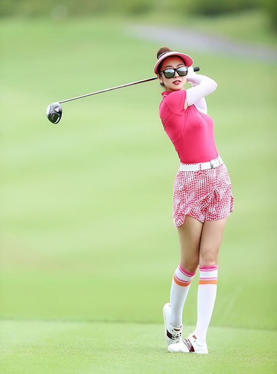 Trang phục chơi golf thường được thiết kế với chất liệu co giãn, thoáng mát nhằm phù hợp tính chất của môn thể thao này. Màu sắc trang phục cũng phong phú nhưng người chơi thường chọn các gam sáng để tránh nóng khi trời nắng.