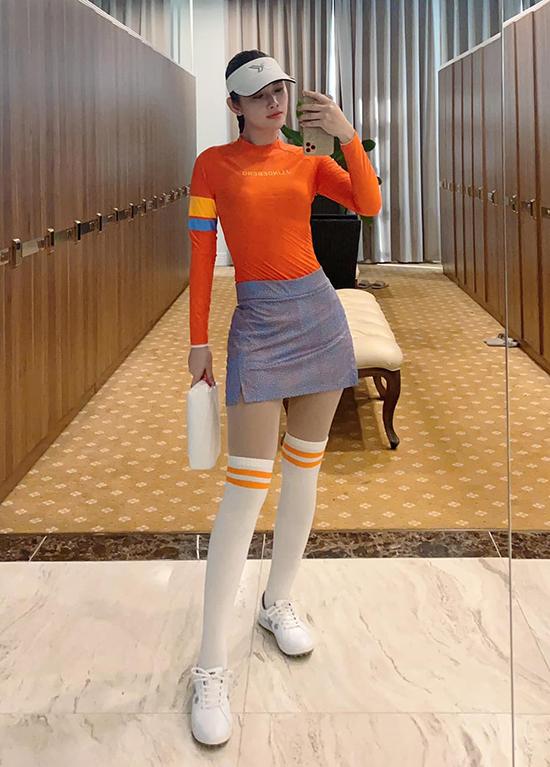 Á hậu cuộc thi Hoa hậu các quốc gia 2017 Thanh Trang là fan cuồng của môn thể thao này. Thường xuyên xuất hiện trên các thảm cỏ khắp cả nước, cô chọn cho mình phong cách sexy với bảng màu nổi bật.