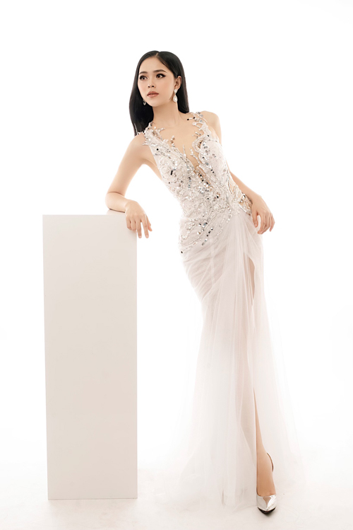 NTK biến tấu mẫu đầm đuôi cá với việc kết hợp đa chất liệu, xẻ tà váy giúp cô dâu khoe chân thon. Các họa tiết đính kết từ cườm, hạt đá làm tăng giá trị thẩm mỹ cho váy cưới.