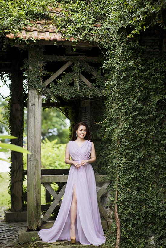 Với những chiếc đầm dạ hội, Nguyễn Ngọc Anh cũng chọn thiết kế nhấn nhá vào vòng eo. Nữ ca sĩ sinh năm 1981 yêu thích các màu sắc pastel nhẹ nhàng tôn vẻ nữ tính, ngọt ngào.