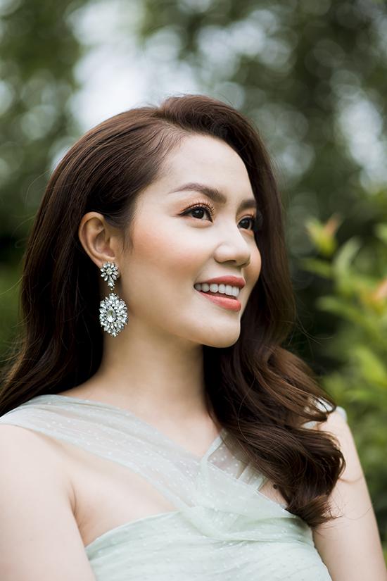Bộ ảnh được hỗ trợ thực hiện bởi nhiếp ảnh Thanh Lê, stylist Khúc Mạnh Quân, trang điểm Kezbi Nguyễn.