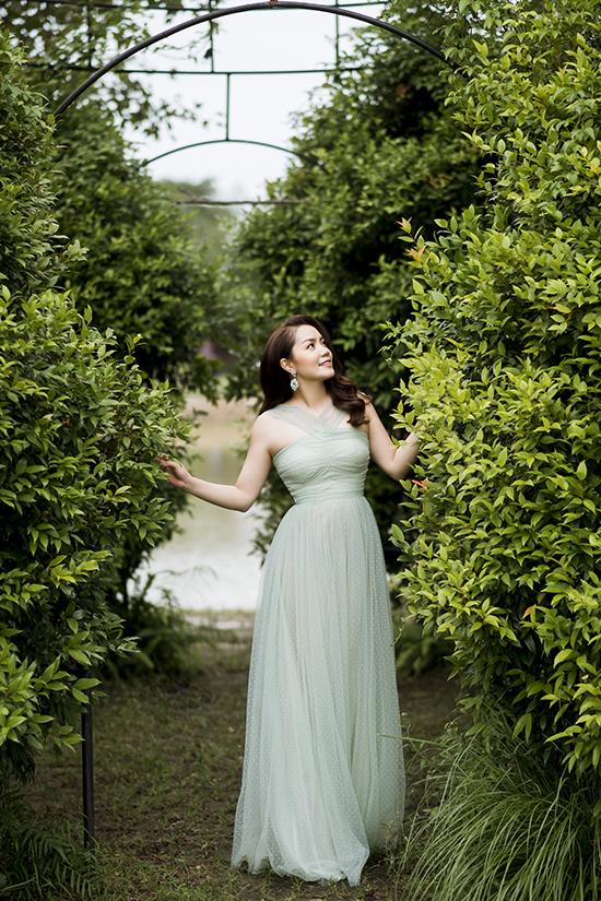 Từ ngày sinh con gái thứ hai, Nguyễn Ngọc Anh hạn chế diện những bộ đồ khoe nhiều da thịt, quá quyến rũ. Váy áo kín đáo giúp cô trở nên thanh lịch hơn đồng thời khoe được các khuyết điểm của phụ nữ sau khi sinh.