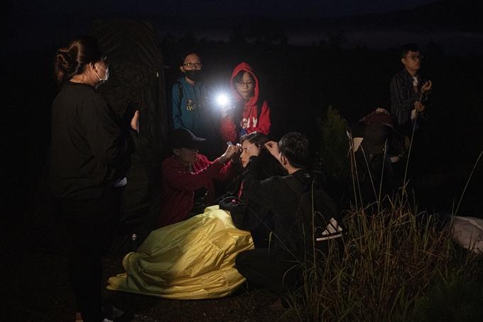 Khả Như đến bối cảnh quay tại Đà Lạt từ khi trời chưa sáng, làm tóc để chuẩn bị cho quá trình quay MV.