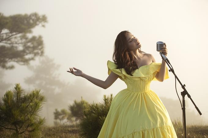 Khả Như rất chịu chơi, thực hiện loạt show tại thành phố sương Đà Lạt vào những ngày lạnh giá. Ấp ủ dự án âm nhạc này từ lâu nhưng vì cầu toàn, tới bây giờ, Khả Như mới cho ra mắt. Trước khi thu âm và quay MV, cô nhờ ca sĩ Ái Phương hỗ trợ về thanh nhạc.