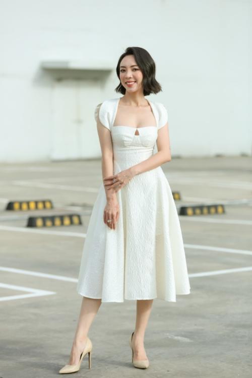 Diễn viên Thu Trang mặc gợi cảm, khoe ngực đầy tại buổi ra mắt phim. Vì bận công việc, ông xã Tiến Luật không có mặt xem phim mới do cô đóng.