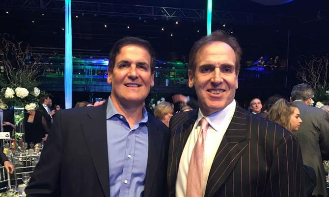 Tỷ phú Mark Cuban (trái) và em trai Brian. Ảnh: CNBC.