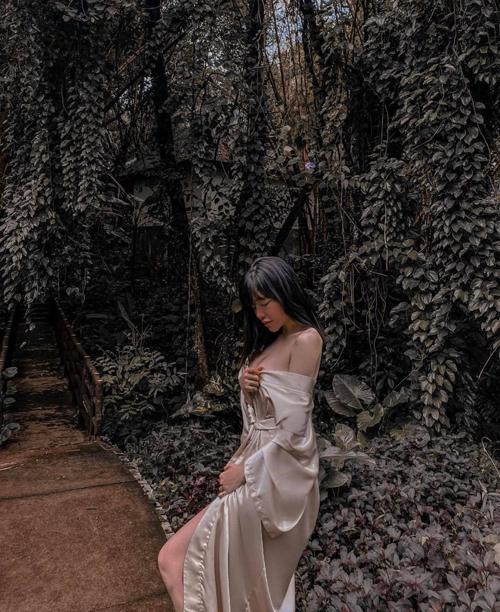 Trong thời gian du lịch tại Đà Lạt sau đợt dịch Covid-19, Elly Trần liên tục đốt mắt fan với cách diện trang phục kiệm vải của cô.