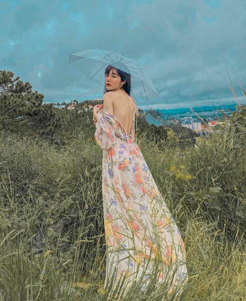Khi diện váy hoa đúng mốt mùa thu, Elly Trần cũng tìm cách khoe lưng trần để giúp mình trở nên sexy hơn.