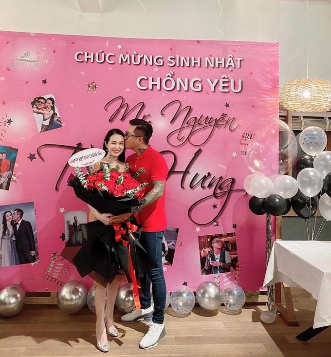 Hương Baby tổ chức sinh nhật bất ngờ cho chồng vào năm nay khiến Tuấn Hưng vô cùng xúc động. Cuộc sống viên mãn bên vợ đẹp, con ngoan của Tuấn Hưng hiện tại khiến nhiều fan vui mừng thay cho anh.