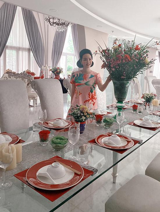 Cô rất yêu hoa nên không gian sống luôn tràn ngập những lọ hoa đủ loại, đầy màu sắc và hương thơm. Biệt thự của Giáng My ở quận 2 TP HCM rất rộng, đủ chỗ thết đãi khoảng 200 vị khách.