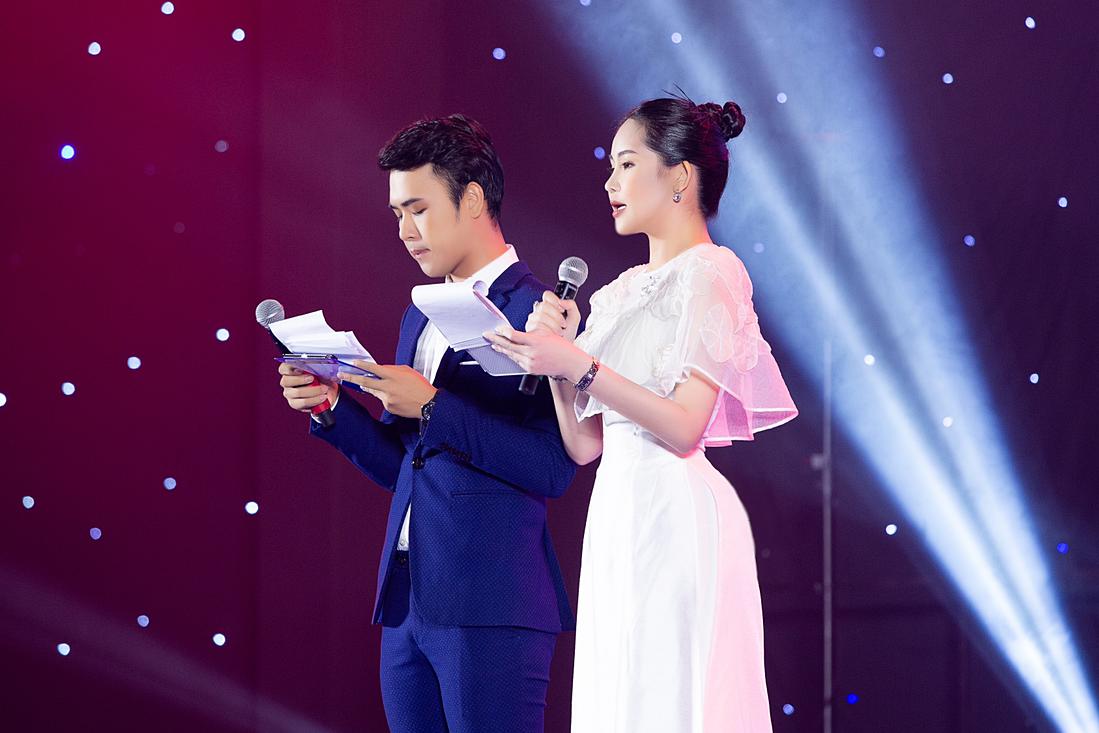Ngân Anh dẫn dắt cùng MC Minh Ngọc.